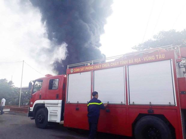 Vũng Tàu: Cháy lớn tại xưởng nhựa, cột khói khổng lồ cao hàng chục mét - Ảnh 3.