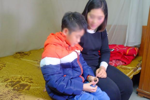 Vụ bé trai 9 tuổi bị bố dùng dây điện đánh đập: Bố mẹ tự hòa giải, cháu bé được cách ly khỏi người bố - Ảnh 1.