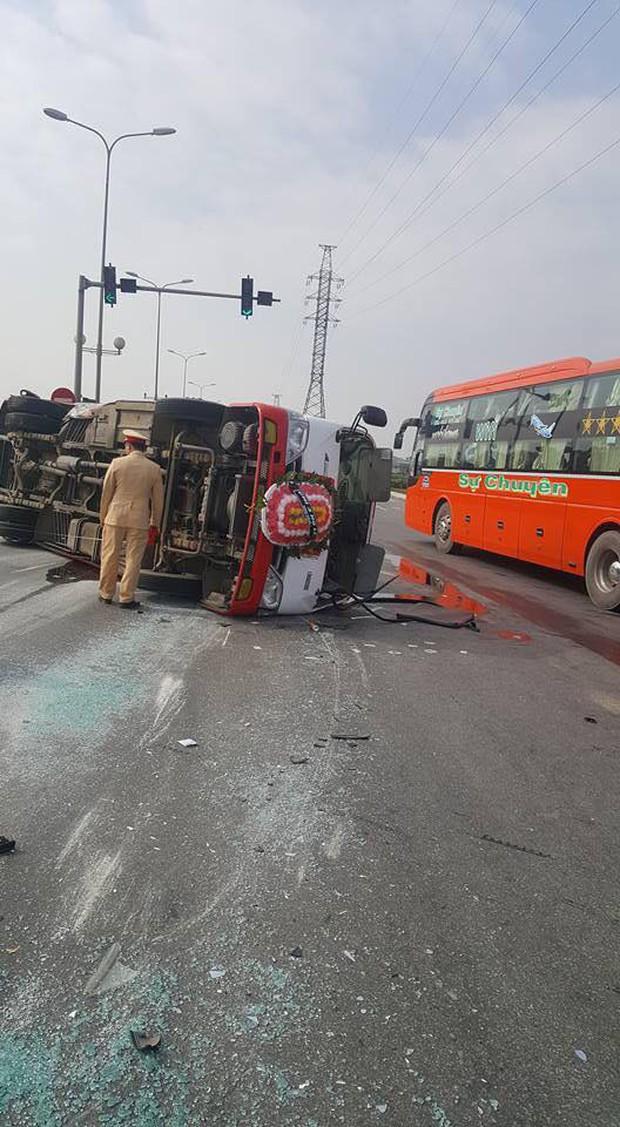 Thanh Hóa: Xe đưa tang chở 20 người vượt đèn đỏ bị xe con đâm lật giữa đường - Ảnh 1.