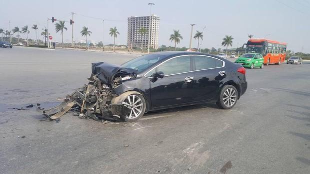Thanh Hóa: Xe đưa tang chở 20 người vượt đèn đỏ bị xe con đâm lật giữa đường - Ảnh 2.