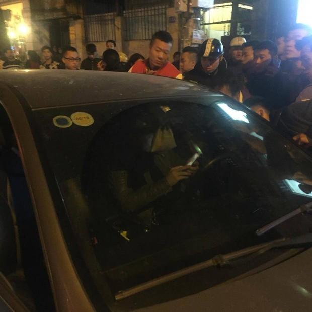 Hà Nội: Đến giải cứu người nhà gây tai nạn giao thông, thanh niên rút dao chém người giữa phố - Ảnh 2.