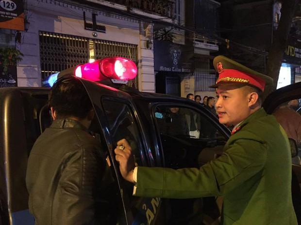 Hà Nội: Đến giải cứu người nhà gây tai nạn giao thông, thanh niên rút dao chém người giữa phố - Ảnh 3.