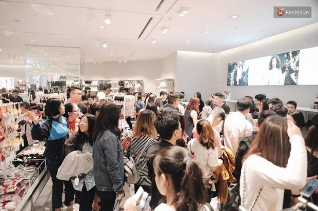 Khai trương H&M Hà Nội: Có hơn 2.000 người đổ về, các bạn trẻ vẫn phải xếp hàng dài chờ được vào mua sắm - Ảnh 30.
