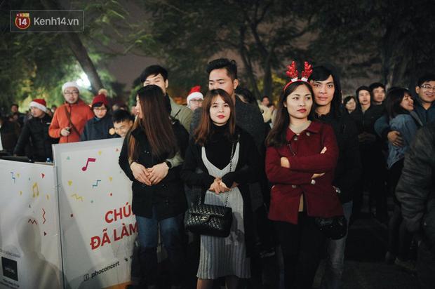 Giới trẻ Hà Nội - Sài Gòn kéo xuống phố đông nghịt đi chơi Noel - Ảnh 9.