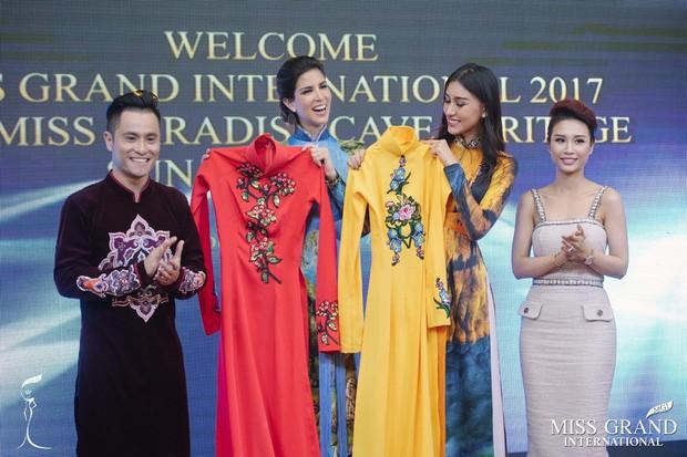 Hoa hậu Hòa bình Quốc tế 2017 người Peru bất ngờ diện áo dài Việt Nam để đón Giáng Sinh - Ảnh 4.
