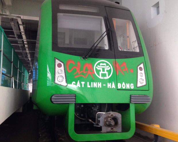 Bức xúc hình ảnh đoàn tàu đường sắt trên cao Cát Linh - Hà Đông bị bôi bẩn bằng hình vẽ graffiti chi chít - Ảnh 1.