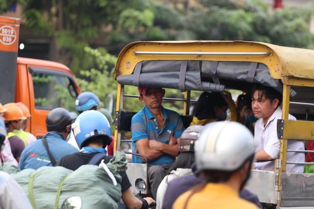 Đường phố Sài Gòn và Hà Nội đông đúc sau ngày làm việc cuối cùng trong năm 2017 - Ảnh 9.