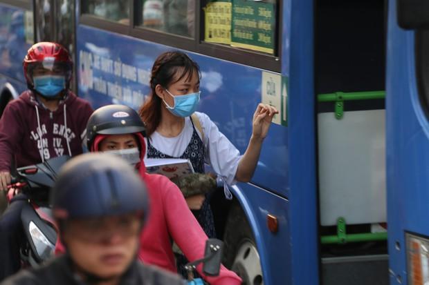 Đường phố Sài Gòn và Hà Nội đông đúc sau ngày làm việc cuối cùng trong năm 2017 - Ảnh 10.