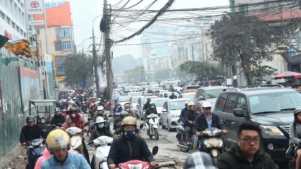 Đường phố Sài Gòn và Hà Nội đông đúc sau ngày làm việc cuối cùng trong năm 2017 - Ảnh 38.