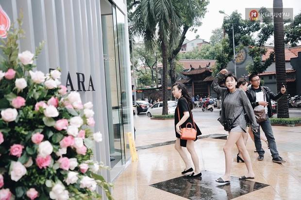 Zara Hà Nội khai trương: Tới trưa khách đông nghịt, ai cũng nô nức mua sắm như đi trẩy hội - Ảnh 10.