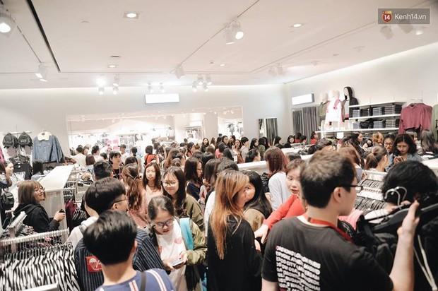 Khai trương H&M Hà Nội: Có hơn 2.000 người đổ về, các bạn trẻ vẫn phải xếp hàng dài chờ được vào mua sắm - Ảnh 20.