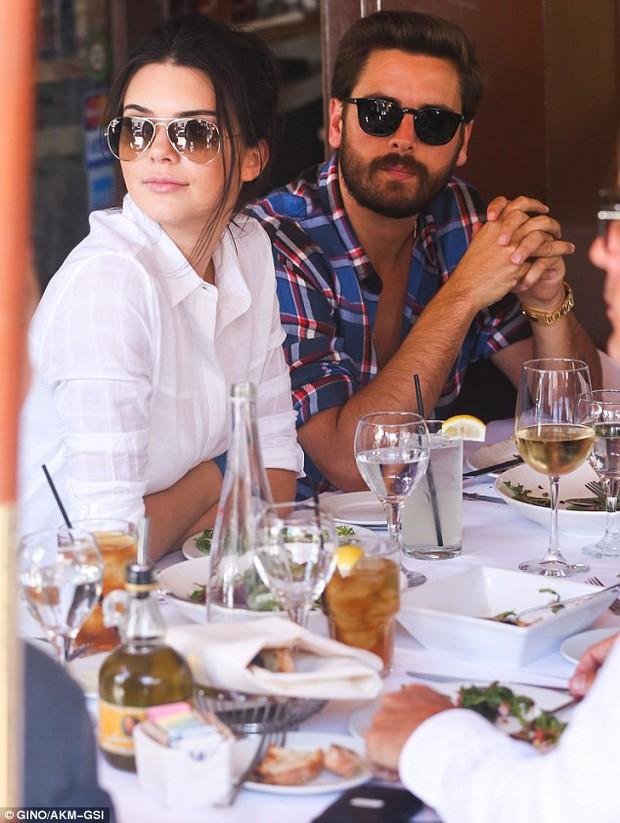 Kendall Jenner từng bí mật quan hệ dan díu với anh rể sau lưng chị gái? - Ảnh 2.