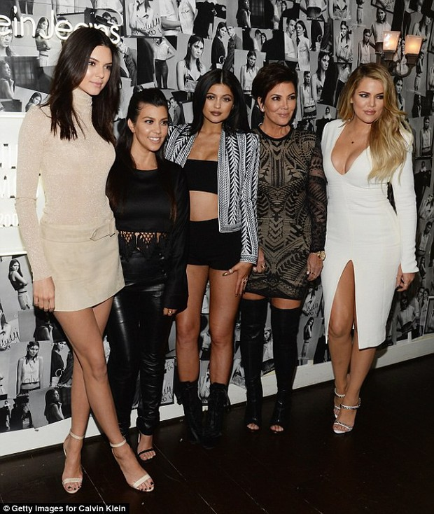 Cao gần 1m80, thế mà Kendall Jenner lại nhỏ bé bất ngờ khi đi cạnh chàng bạn trai khổng lồ - Ảnh 3.