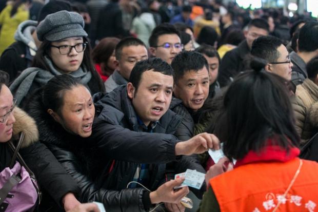 Những hình ảnh chen chúc kinh hoàng trong đợt di cư về quê ăn Tết ở Trung Quốc - Ảnh 31.