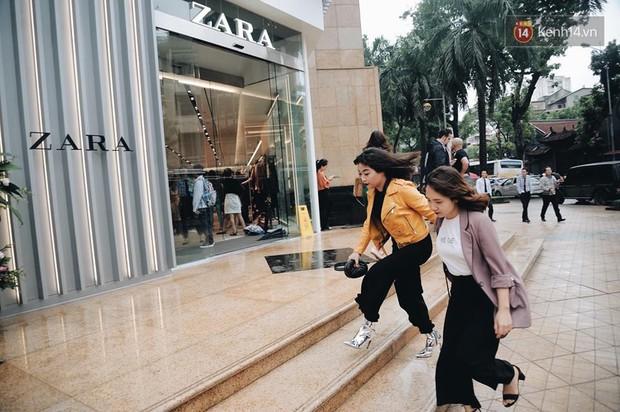 Zara Hà Nội khai trương: Tới trưa khách đông nghịt, ai cũng nô nức mua sắm như đi trẩy hội - Ảnh 9.