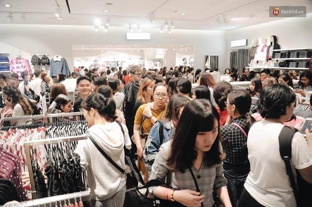 Khai trương H&M Hà Nội: Có hơn 2.000 người đổ về, các bạn trẻ vẫn phải xếp hàng dài chờ được vào mua sắm - Ảnh 22.