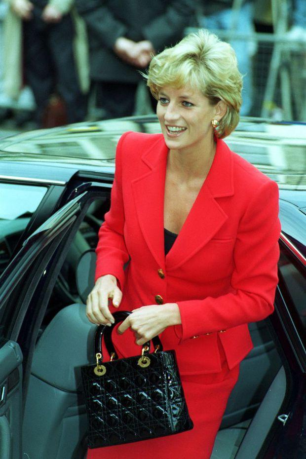 Công nương Diana, fashion icon hoàng gia duy nhất sở hữu đến 2 mẫu túi hàng hiệu đình đám được đặt theo tên mình - Ảnh 4.