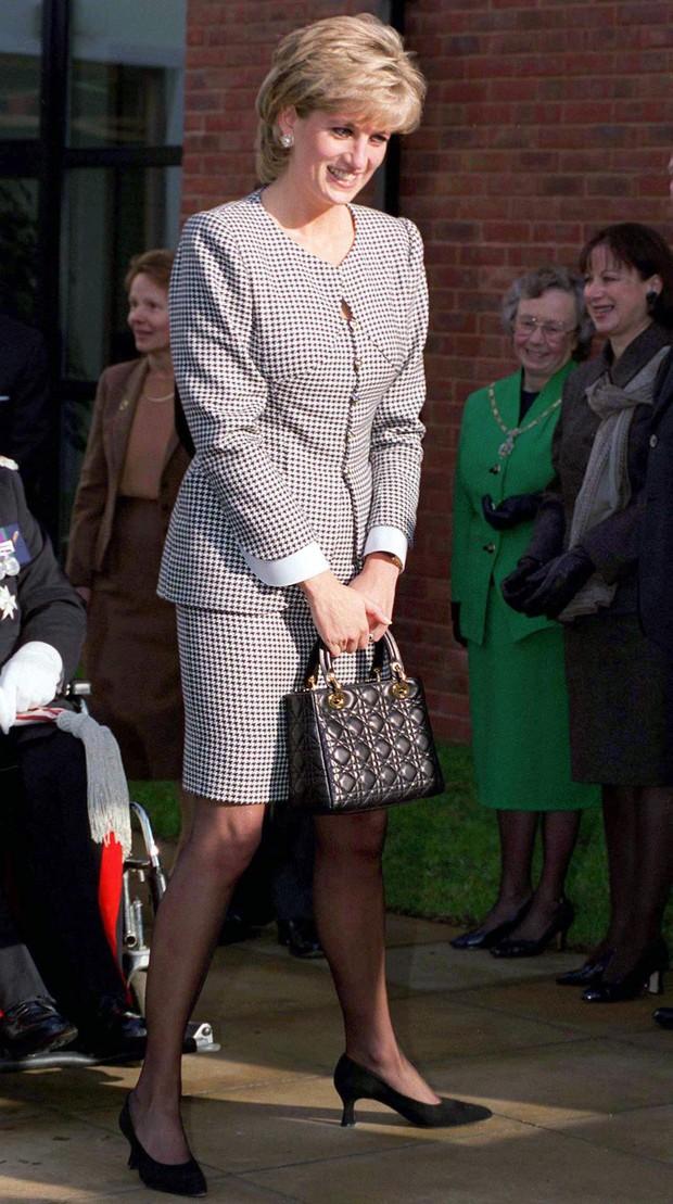 Công nương Diana, fashion icon hoàng gia duy nhất sở hữu đến 2 mẫu túi hàng hiệu đình đám được đặt theo tên mình - Ảnh 6.
