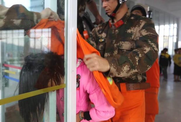 Trung Quốc: Mải đùa nghịch, bé gái 13 tuổi kẹt cứng đầu vào giữa cánh cửa kính - Ảnh 3.