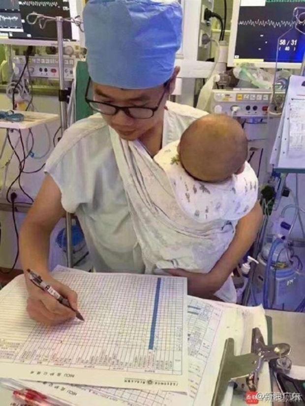 Nam y tá trẻ vừa địu bệnh nhi khóc ngằn ngặt vừa say sưa làm việc gây sốt mạng xã hội - Ảnh 3.