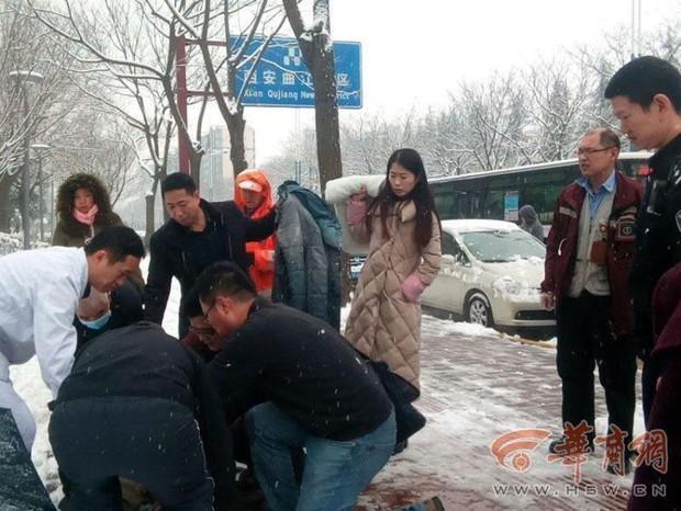 Ấm áp giữa ngày giá lạnh: Người đi đường sẵn sàng cởi áo sưởi ấm cho bà cụ ngã giữa nền tuyết - Ảnh 3.