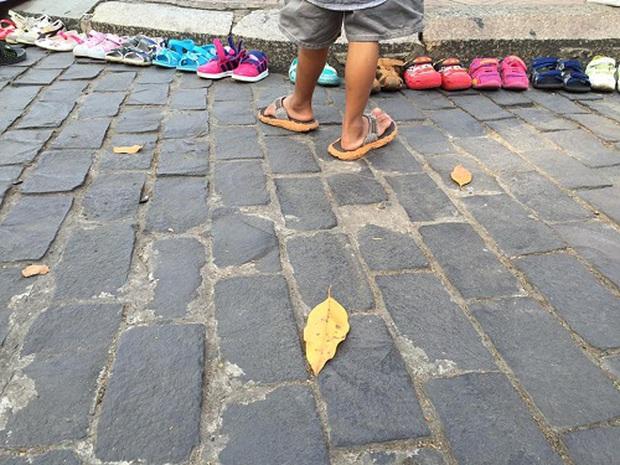 Bức ảnh đáng yêu nhất ngày: Cậu bé lượm ve chai vô tư xếp dép cho các bạn dã ngoại - Ảnh 4.