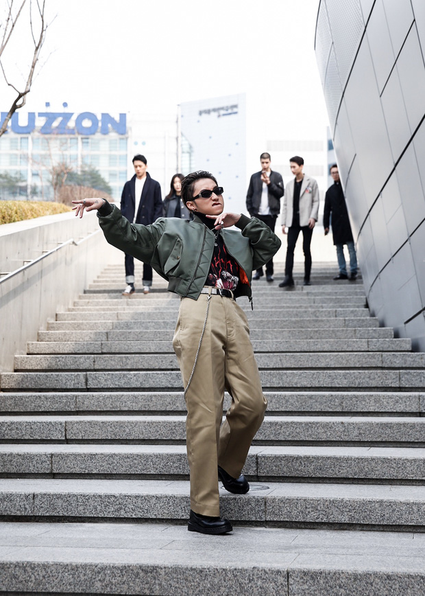Set đồ của bố mà Sơn Tùng mặc tới Seoul Fashion Week giống của Ngô Diệc Phàm đến bất ngờ - Ảnh 2.