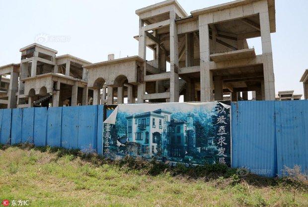 Tiếc ngẩn tiếc ngơ trước lô biệt thự tuyệt đẹp, giá bạc tỷ nhưng lại đen đủi hóa thành phố ma ở Trung Quốc - Ảnh 8.