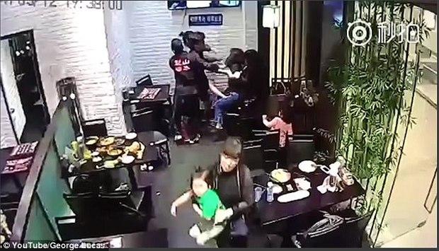Cô gái hành hung bé gái 4 tuổi ngay giữa nhà hàng vì dám làm hỏng bầu không khí lãng mạn của buổi hẹn hò - Ảnh 4.