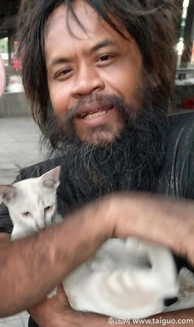Sống lang bạt khắp nơi, nhưng người đàn ông vô gia cư vẫn nhịn đói đi bán chanh để kiếm tiền nuôi lũ mèo hoang - Ảnh 2.