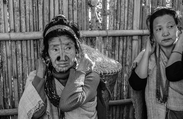 Tập tục xăm mặt, đeo khuyên nong mũi để tránh bị bắt vợ của phụ nữ Apatanis - Ảnh 4.