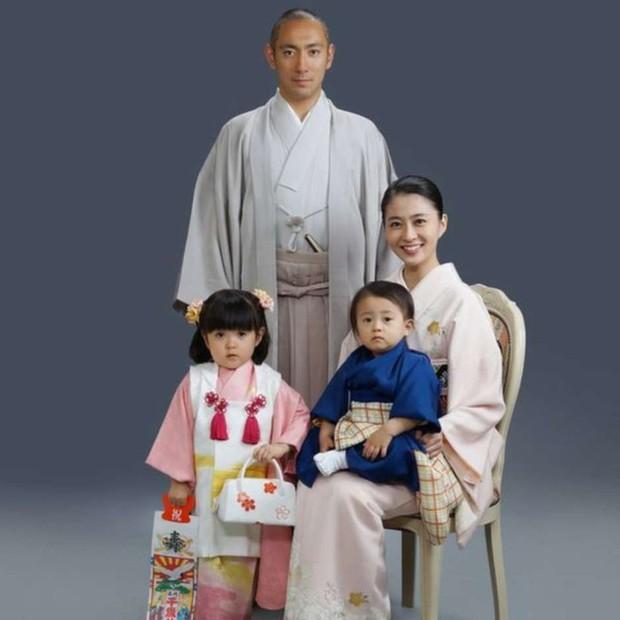 Vợ mới mất 1 tháng vì bệnh ung thư, tài tử Nhật Bản đã vội muốn tái hôn với chính chị ruột của bà xã - Ảnh 1.