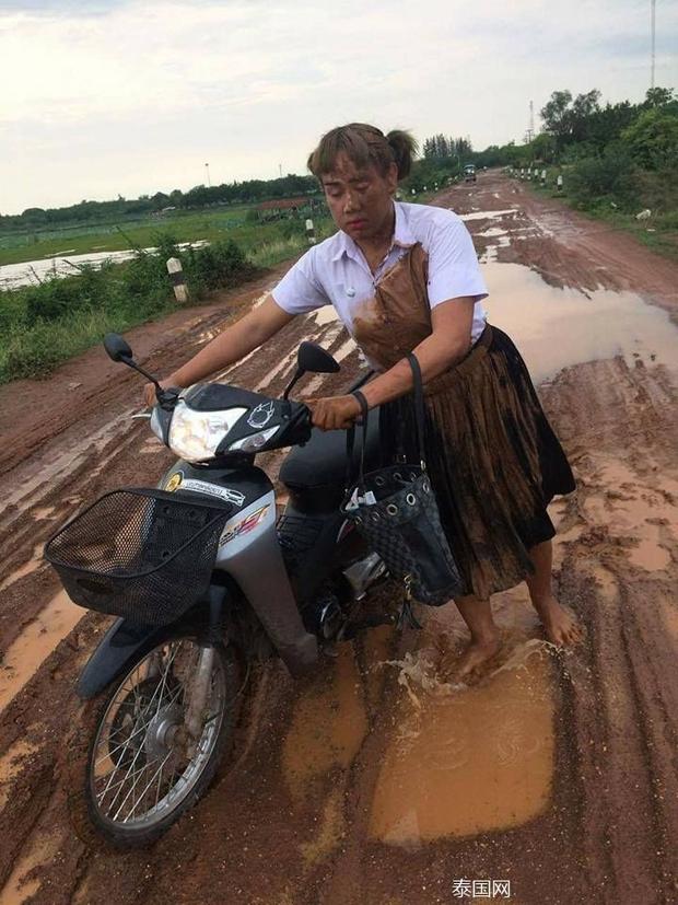 Nữ sinh bỗng nổi tiếng khi ngã vào vũng bùn vẫn quyết đem tấm thân lấm bẩn vào trường thi - Ảnh 2.