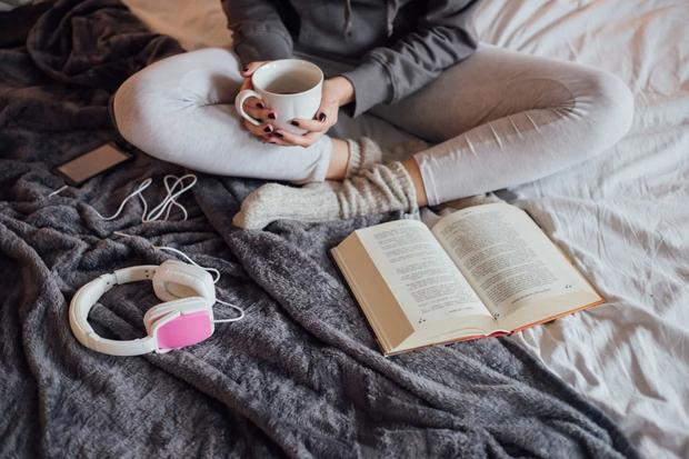 Trằn trọc mãi không ngủ được đôi khi không phải do bệnh mà là do 6 thói quen trước khi ngủ này - Ảnh 1.