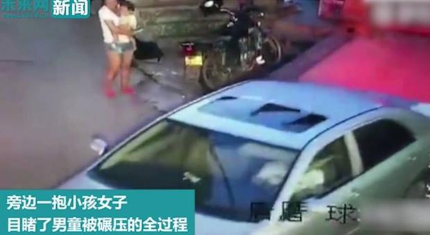 Bế con nhỏ đứng nhìn bé trai bị ô tô chèn qua người, bà mẹ trẻ không thèm biểu lộ cảm xúc - Ảnh 4.