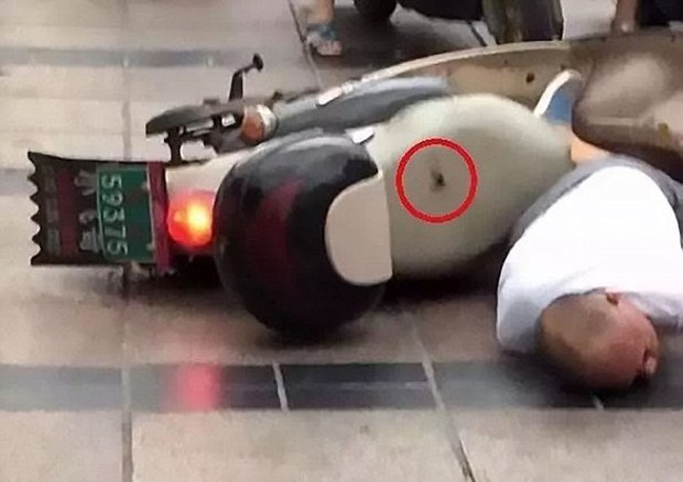 Đang vi vu xe máy, người đàn ông bất ngờ bị sét đánh trúng - Ảnh 4.