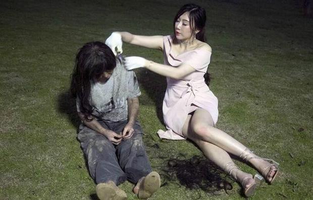 Hot girl lẽo đẽo đi theo người vô gia cư trong công viên và nguyên nhân thật sự khiến cho nhiều người bất ngờ - Ảnh 4.