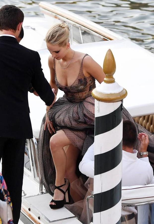 Jennifer Lawrence lộng lẫy như nữ thần, suýt hớ hênh ngực trên thảm đỏ LHP Venice - Ảnh 2.