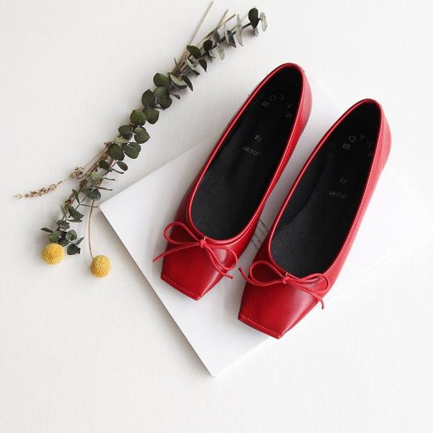 Thu này nếu định sắm thêm giày, bạn nhất định nên chọn giày búp bê màu đỏ vì nó sắp thành hot trend đến nơi rồi! - Ảnh 15.