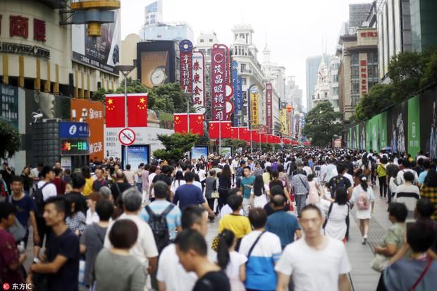 Nghỉ lễ theo phong cách biển người ở Trung Quốc: Ngày đầu kẹt xe, ngày giữa chen chúc, ngày cuối tắc đường - Ảnh 4.