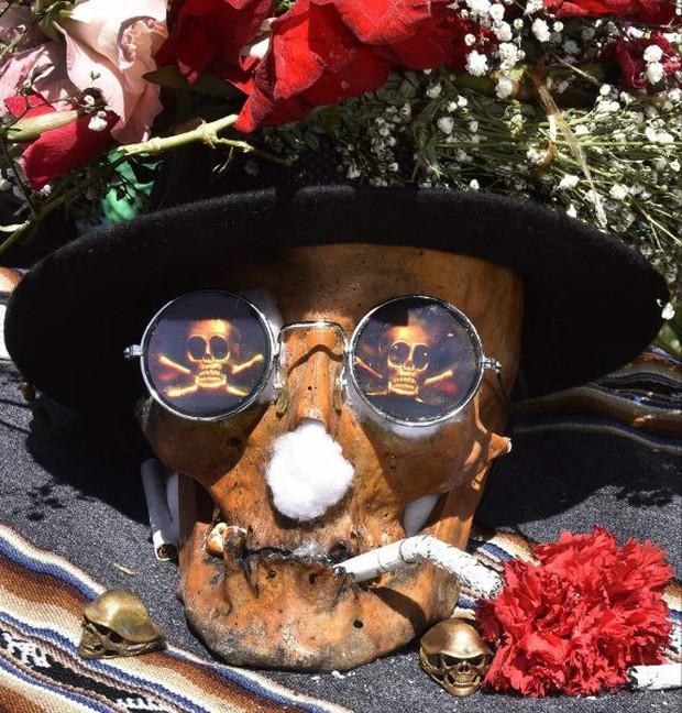 Lễ hội đáng sợ tại Bolivia: Đưa đầu lâu người thân dạo chơi khắp nơi cùng kính râm, mũ rộng vành như người còn sống - Ảnh 3.