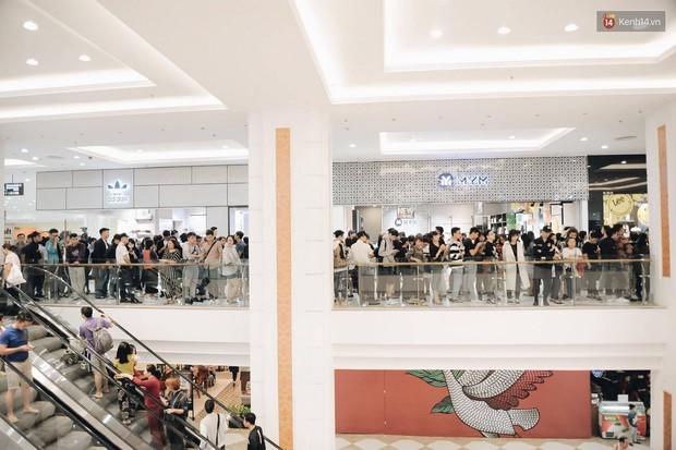 Khai trương H&M Hà Nội: Có hơn 2.000 người đổ về, các bạn trẻ vẫn phải xếp hàng dài chờ được vào mua sắm - Ảnh 4.