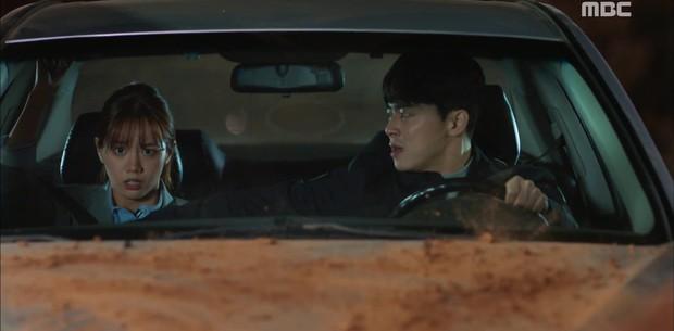 """""""Two Cops"""": Jo Jung Suk, Hyeri may mắn thoát chết trong gang tấc - Ảnh 3."""