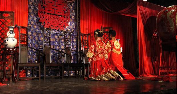 Trung Quốc: Chú rể hôn phù dâu ngấu nghiến dưới nền đất, cô dâu ngồi trên giường cười khoái chí - Ảnh 5.