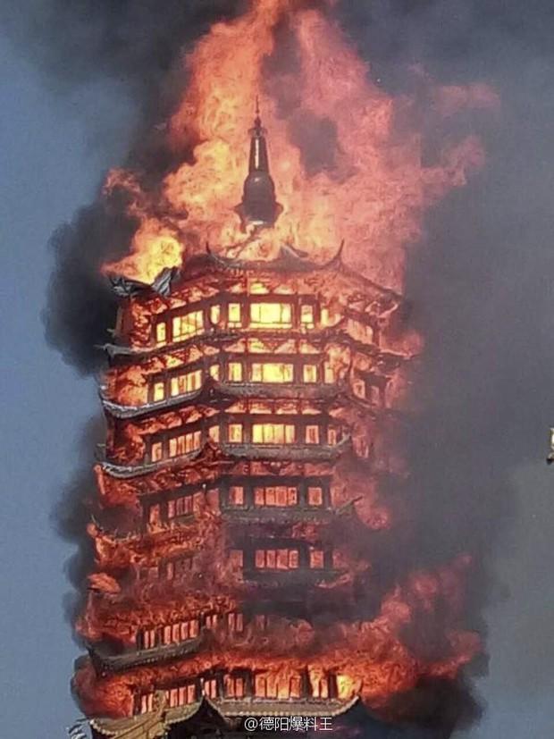 Trung Quốc: Cửu lung linh tháp gỗ 500 tuổi cao nhất châu Á bốc cháy ngùn ngụt trong biển lửa - Ảnh 4.