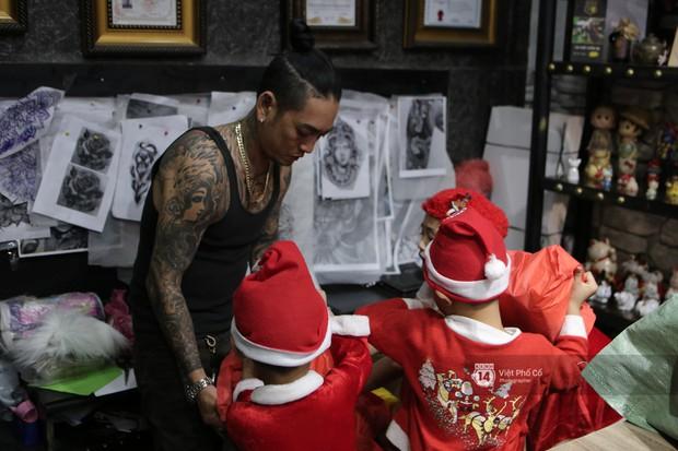Chùm ảnh: Nhóm thợ xăm ở Sài Gòn hóa thành ông già Noel để tặng quà cho người lang thang đêm Giáng sinh - Ảnh 3.