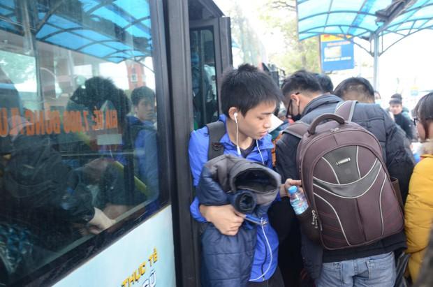 Đường phố Sài Gòn và Hà Nội đông đúc sau ngày làm việc cuối cùng trong năm 2017 - Ảnh 30.