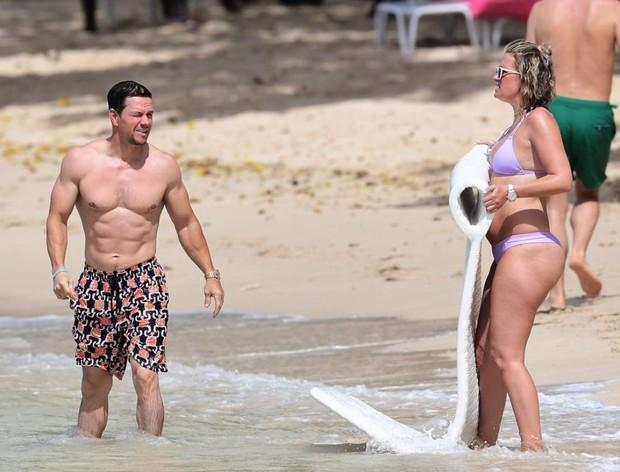 Body cực hot ở tuổi U50, tài tử Transformers vẫn chung tình với bà xã dù cô ấy thừa cân thế nào - Ảnh 9.