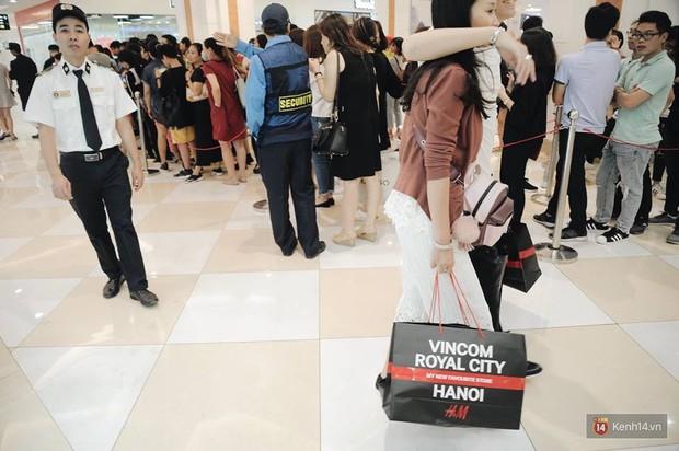 Khai trương H&M Hà Nội: Có hơn 2.000 người đổ về, các bạn trẻ vẫn phải xếp hàng dài chờ được vào mua sắm - Ảnh 34.
