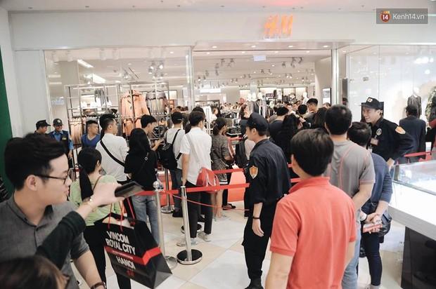 Khai trương H&M Hà Nội: Có hơn 2.000 người đổ về, các bạn trẻ vẫn phải xếp hàng dài chờ được vào mua sắm - Ảnh 31.